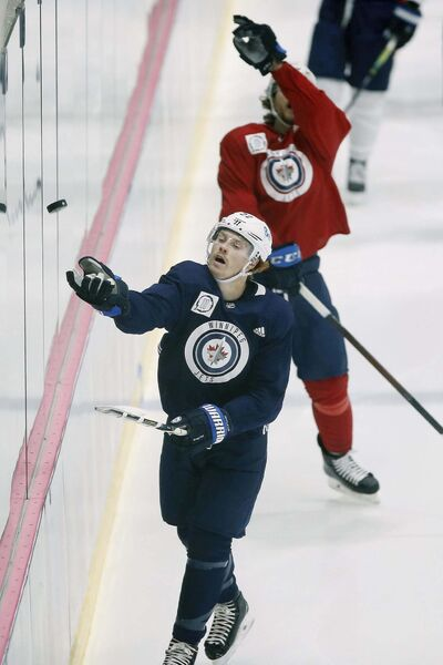 JOHN WOODS / WINNIPEG FREE PRESS</p><p>Winnipeg Jets forward Mason Appleton fields a puck Sunday. He isn't missing holdout Jack Roslovic.</p></p>