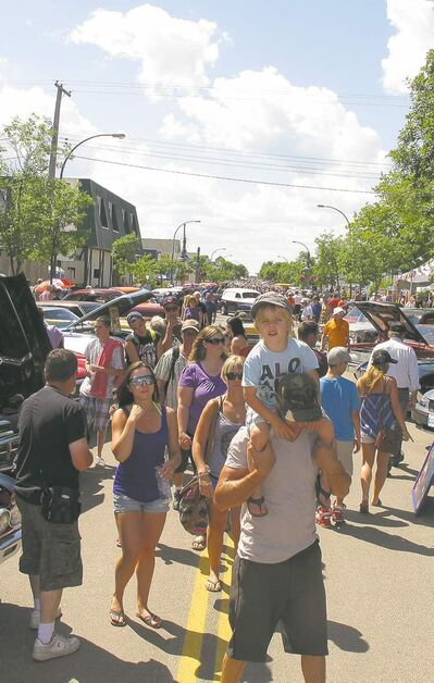 Awesome weather and a stunning display of more than 600 classic and special-interest vehicles attracted an estimated 5,000 spectators to the 10th-annual Cruzin' Gimli Beach car show.