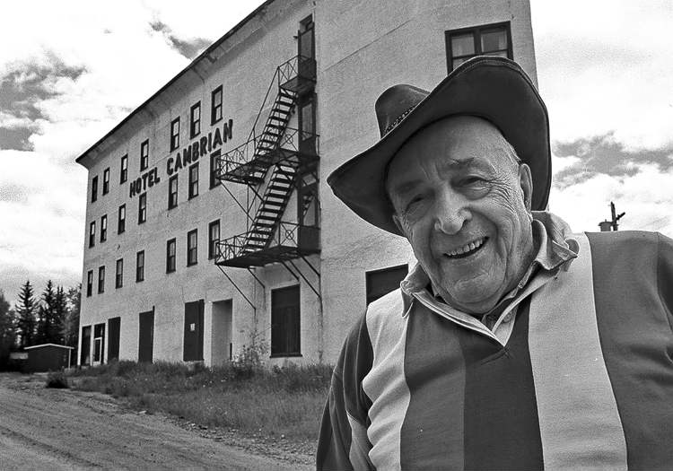Fred Greenslade / Winnipeg Press ArchivesThe late Walter Shmon stands in front of Cambrian Hotel in the 1999 photo. The hotel was razed June 2.