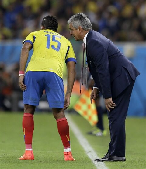 Ecuador's head coach Reinaldo Rueda gives directions Ecuador's Michael Arroyo during the group E World Cup soccer match between Ecuador and France at the Maracana Stadium in Rio de Janeiro, Brazil, Wednesday, June 25, 2014. (AP Photo/Natacha Pisarenko)