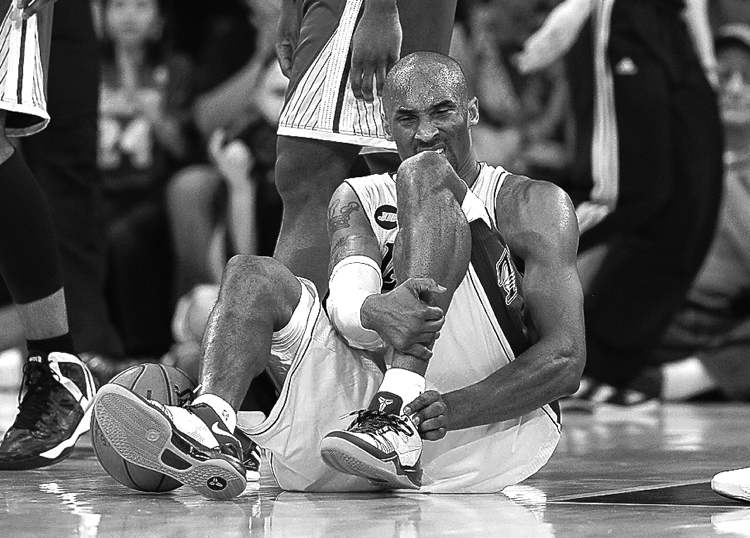 Lakers guard Kobe Bryant grimaces after tearing his Achilles tendon Friday in the second half of a game against the Golden State Warriors. Lakers won 118-116.