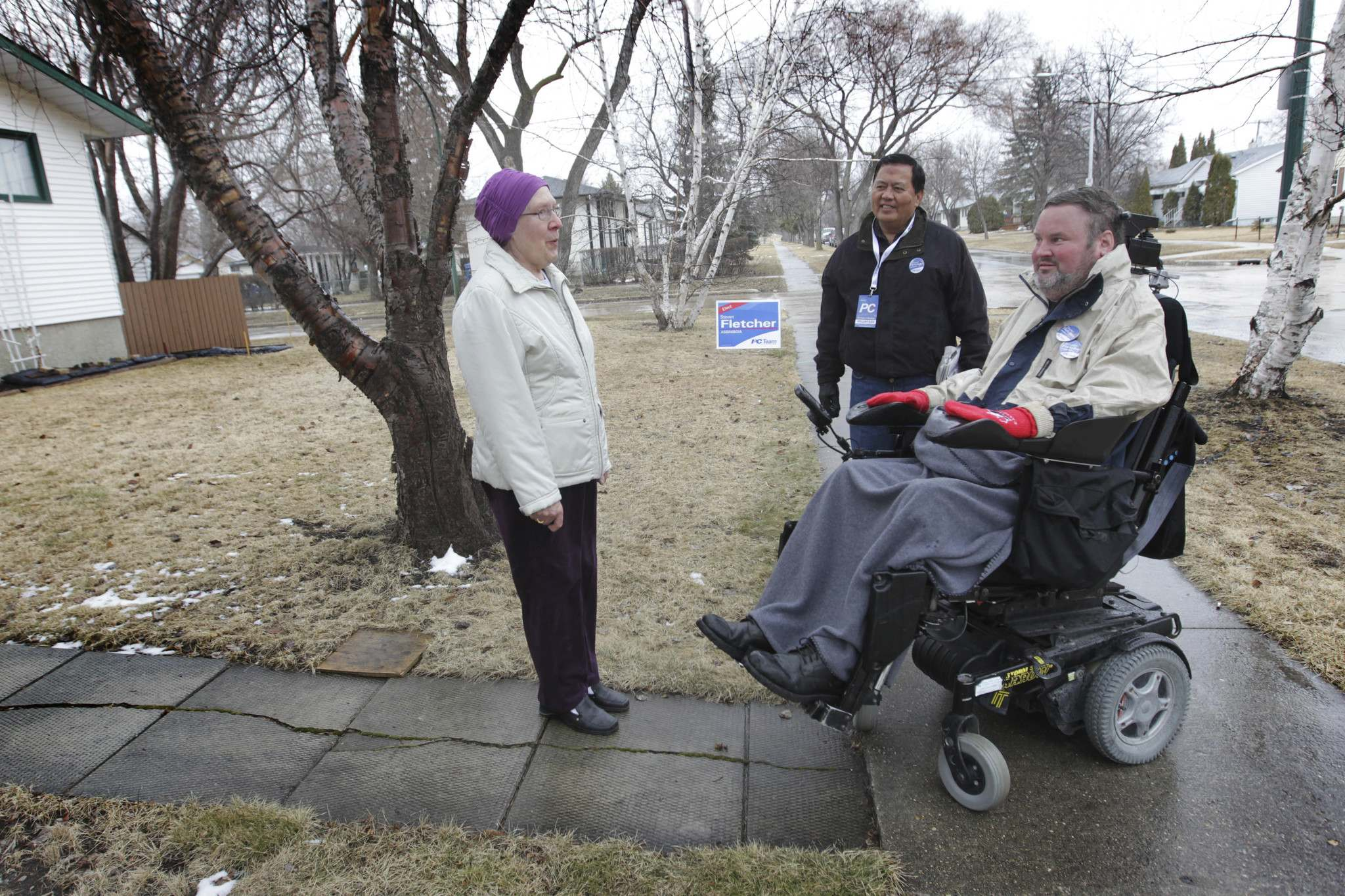 RUTH BONNEVILLE / WINNIPEG FREE PRESS</p><p>Tory candidate Steven Fletcher makes his way along Stewart Street in the Assiniboia riding with PC volunteers.</p>