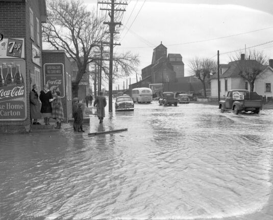 WINNIPEG FREE PRESS</p><p>The view of Sutherland Avenue on May 6, 1950, as floodwaters moved further into the city.</p></p>