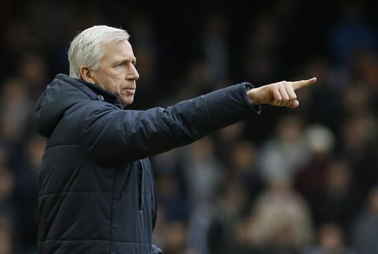 Crystal Palace manager Alan Pardew points during the English Premier League soccer match between West Ham United and Crystal Palace at the Boleyn Ground in London, Saturday, Feb. 28, 2015. (AP Photo/Kirsty Wigglesworth)