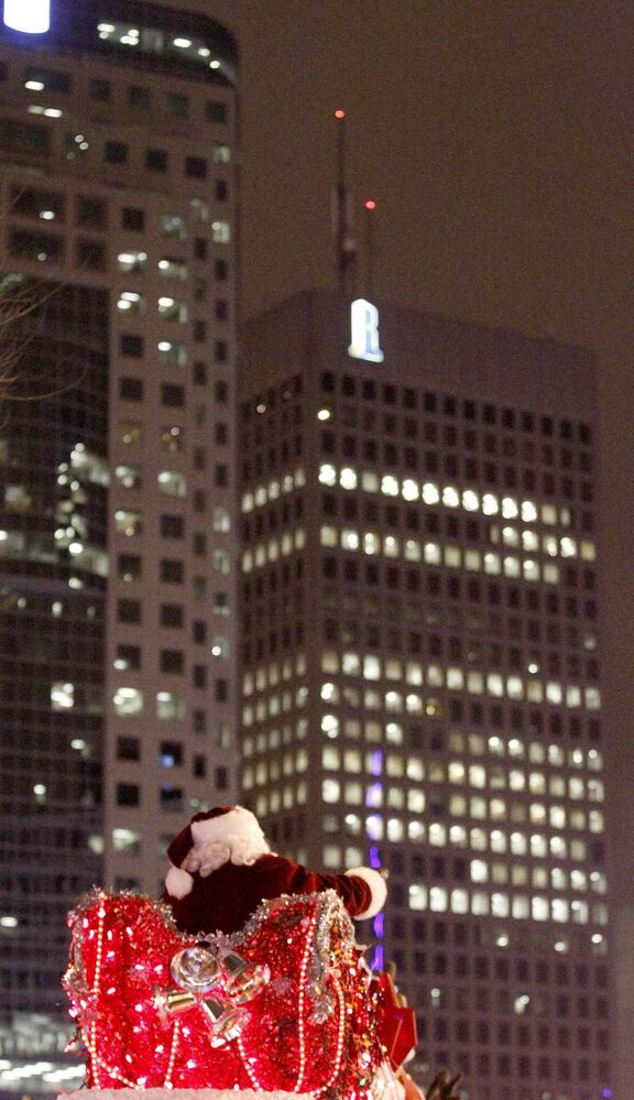 Santa waves to the crowd in front of the Richardson Building. (TREVOR HAGAN / WINNIPEG FREE PRESS)