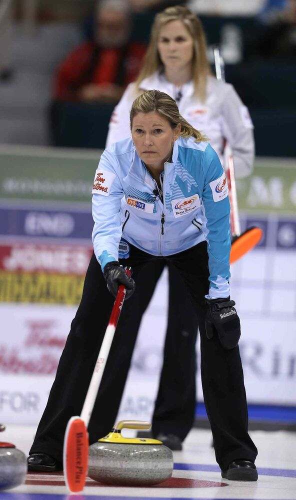 Skip Sherry Middaugh (front) lines up a shot as Jennifer Jones watches. (Jason Halstead / Winnipeg Free Press)