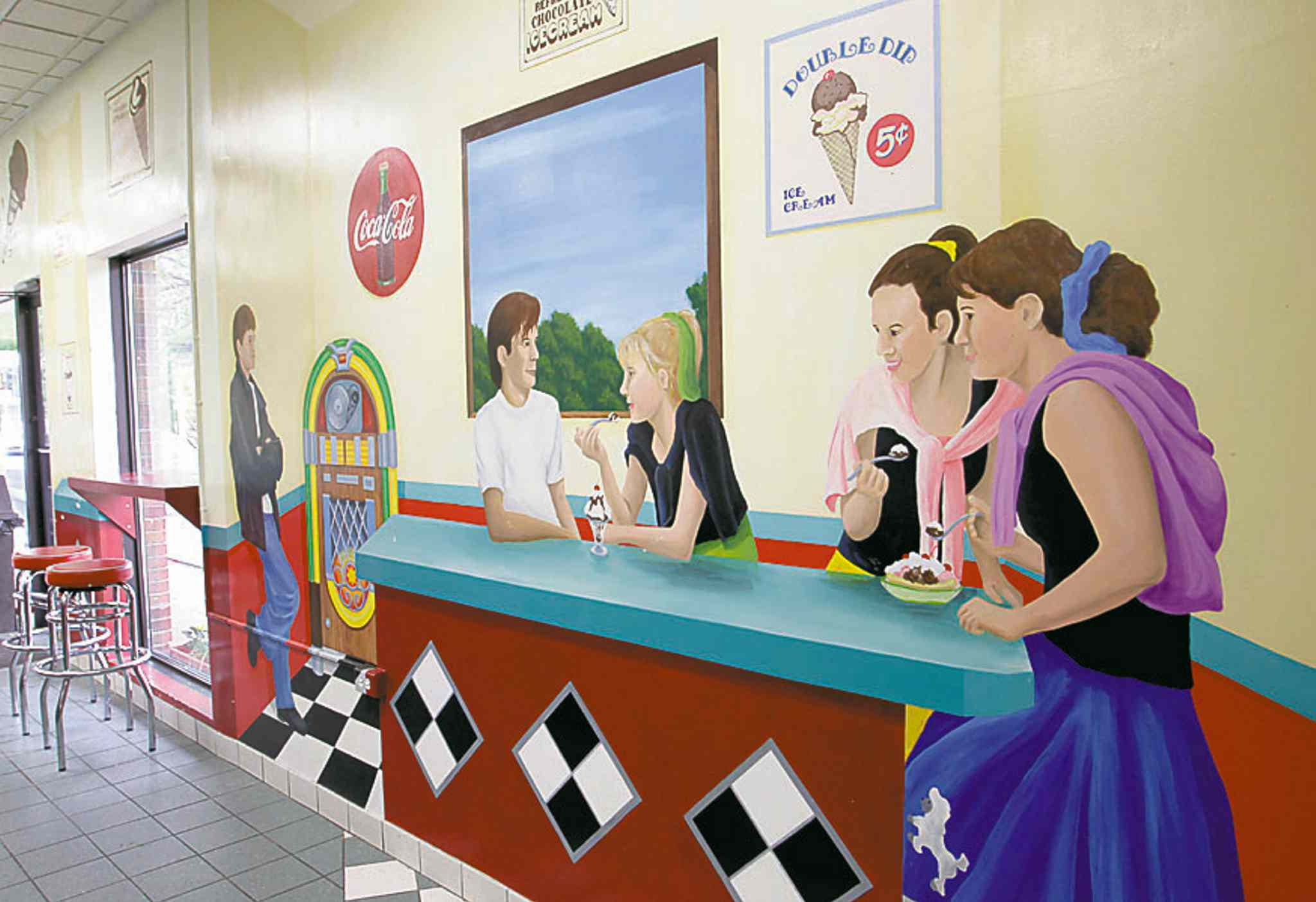 A large '50s-themed mural that suits the oldies music.