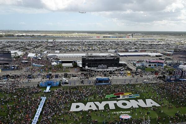 Daytona 500 starts following Trump's parade lap, rain delay