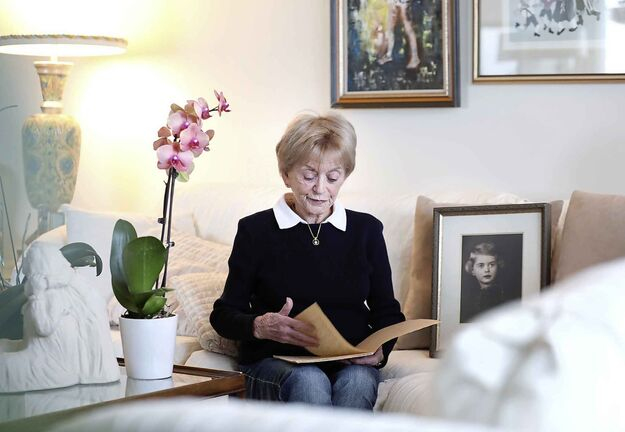 Susan Garfield with her wartime diary. (Ruth Bonneville / Winnipeg Free Press)