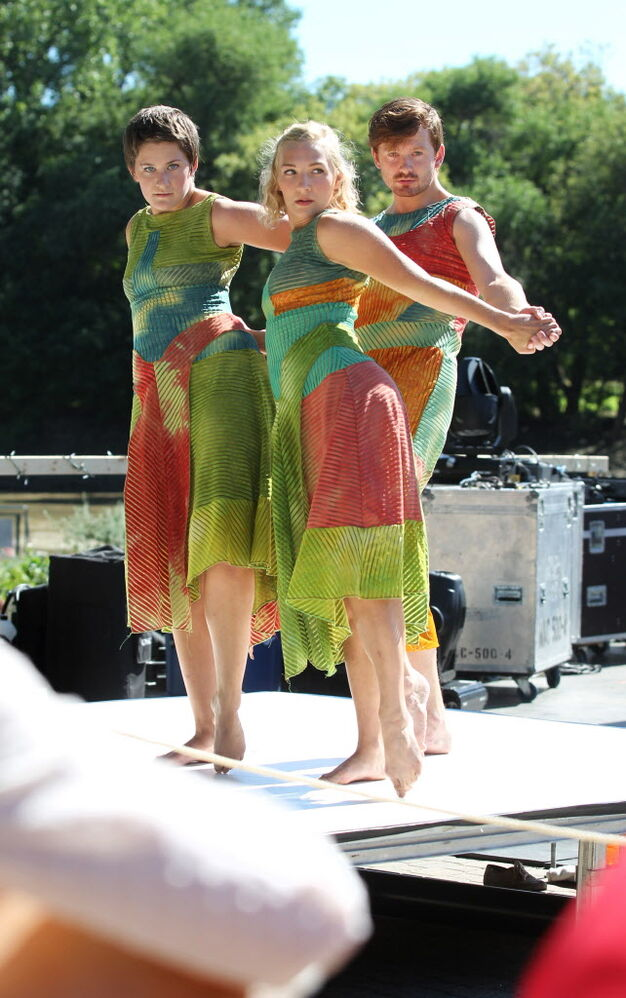 "Winnipeg Contemporary Dancers perform piece entitled ""Boxamore"" on the waterfront at The Forks.  (Ruth Bonneville / Winnipeg Free Press )"