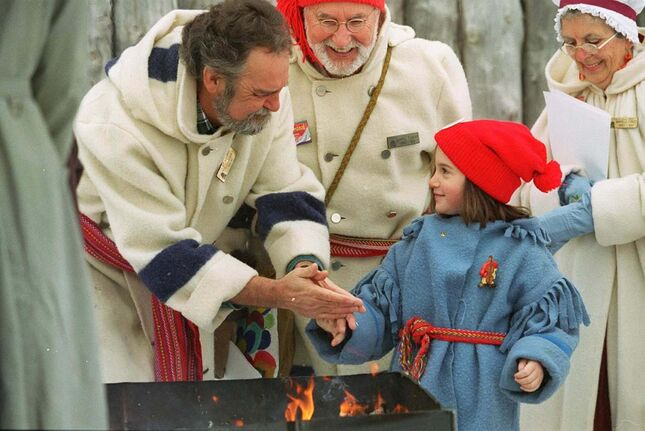 JEFF DE BOOY / WINNIPEG FREE PRESS FILES</p><p>Philippe Lavack warms up five-year-old Reanne Chamberland&rsquo;s hand during the Festival kickoff at Fort Gibraltar in 1997.</p>