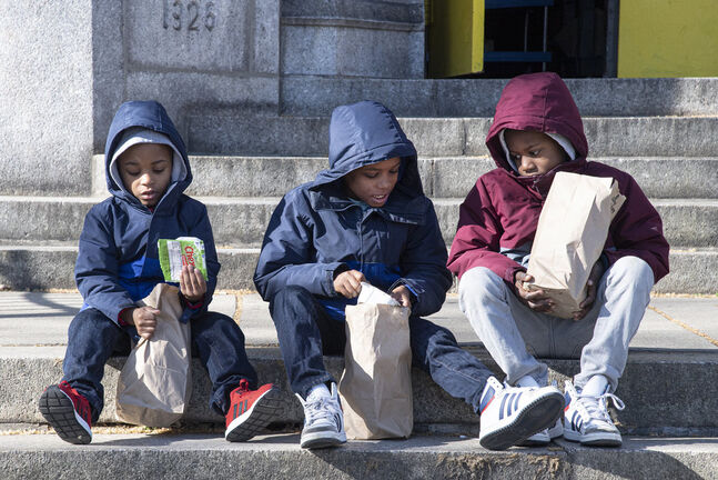 Students in Philadelphia eat packed breakfast and lunch meals. Manitoba is looking at a similar program. (Jose F. Moreno / The Philadelphia Inquirer files)