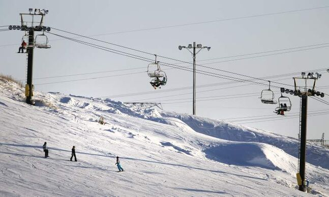 A view of the chairlifts at Springhill. (TREVOR HAGAN/WINNIPEG FREE PRESS)