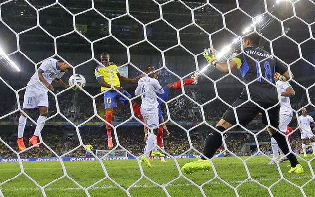 Ecuador's Enner Valencia, second left, scores his side's second goal past Honduras' goalkeeper Noel Valladares, right, during the group E World Cup soccer match between Honduras and Ecuador at the Arena da Baixada in Curitiba, Brazil, Friday, June 20, 2014. (AP Photo/Michael Sohn)