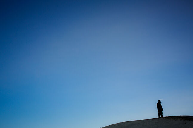 A lone snowboarder atop Garbage Hill. (Or Westview Park). Day 36. (MELISSA TAIT / WINNIPEG FREE PRESS)