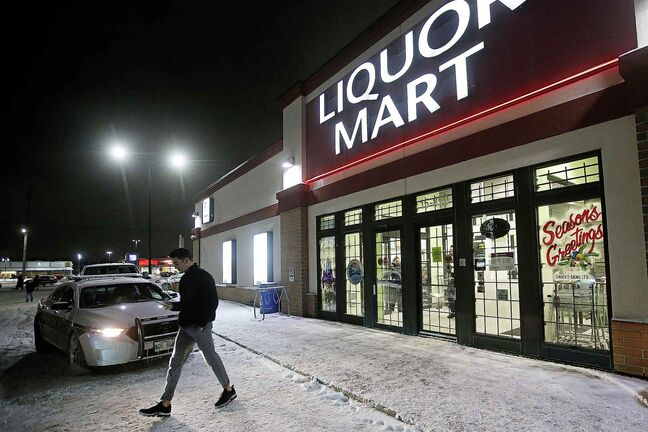 Customers are turned away as police investigate a robbery at a Liquor Mart on Keewatin in Winnipeg, Wednesday, November 20, 2019. An employee was injured in the robbery. (john Woods / Winnipeg Free Press)
