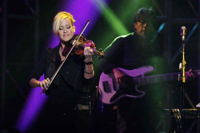 Martie Maguire jams with a Dixie Chicks bandmate at the MTS Centre.