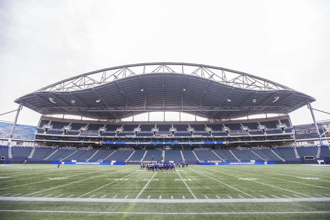 MIKAELA MACKENZIE / WINNIPEG FREE PRESS</p><p>The Bombers huddle during practice at IG Field in Winnipeg on Wednesday, Aug. 4, 2021. For --- story.Winnipeg Free Press 2021.</p>