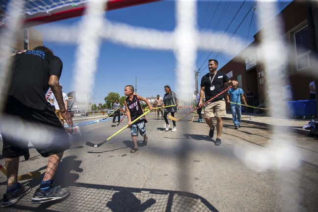 MIKAELA MACKENZIE / WINNIPEG FREE PRESSA pickup street hockey game hosted by the Main Street Project on Martha Street Wednesday.</p>