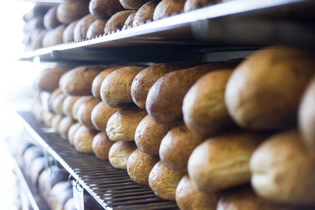 MIKAELA MACKENZIE / WINNIPEG FREE PRESS</p><p>Loaves of rye bread line the shelves at City Bread's Dufferin Avenue bakery shop.</p>