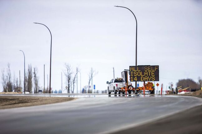 MIKAELA MACKENZIE / WINNIPEG FREE PRESS</p><p>A sign instructs returning travellers at the Emerson border crossing.</p>