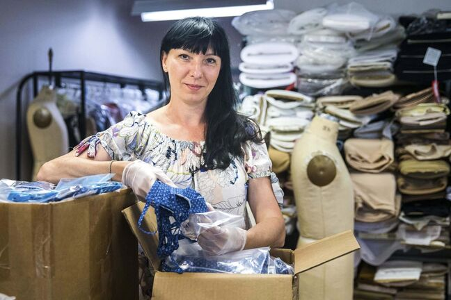 Alena Zharska, head of wardrobe at Royal Winnipeg Ballet, along with other staff have been creating high-quality face masks for the Winnipeg Boldness Project. (Mikaela MacKenzie / Winnipeg Free Press)