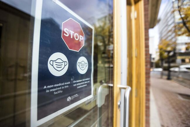 MIKAELA MACKENZIE / WINNIPEG FREE PRESS Mandatory mask signage on business doors downtown in Winnipeg on Wednesday, Sept. 30, 2020. Winnipeg Free Press 2020</p>