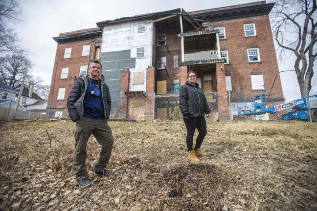 MIKAELA MACKENZIE / WINNIPEG FREE PRESS</p><p>Shawenim Abinoojii executive director Jason Whitford and Brandy Kowal-Funk, program manager of Shawenim's Memengoo program, outside Noble Court, which will be turned into affordable housing for youth and young adults.</p></p>
