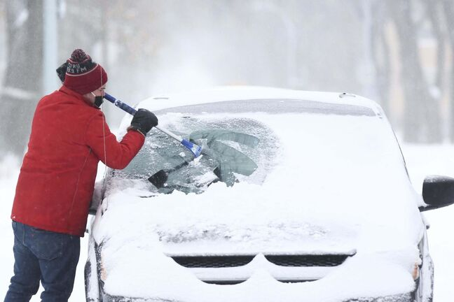 MIKE DEAL / WINNIPEG FREE PRESS</p><p>A motorist scrapes his windshield on Tuesday morning in Winnipeg.</p>