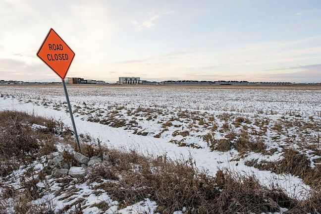 This tract of land in Waverly West between Kenaston Blvd. and Waverly Street is the site of a proposed recreational centre. (Daniel Crump / Winnipeg Free Press)