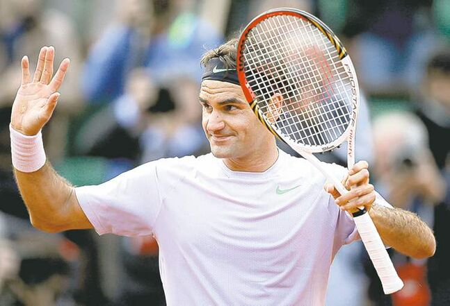 Roger Federer recovered from a spill Sunday to come back and defeat France's Gille Simon.