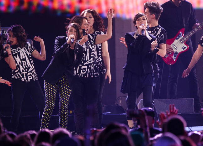 Tegan and Sara perform at the 2014 Juno Awards. (Joe Bryksa/ Winnipeg Free Press)