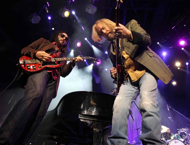 Tom Petty with lead guitarist Mike Campbell (Phil Hossack / Winnipeg Free Press)
