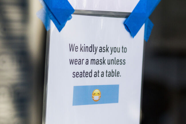 The mandatory mask rule for public places will apply to bars and restaurants. (Mikaela MacKenzie / Winnipeg Free Press files)