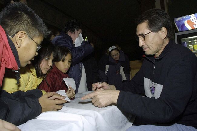<p>JEFF DE BOOY / WINNIPEG FREE PRESS</p><p>In 2001, children lines up to get autographs from Jim Neilson after a screening of the film, They Call Me Chief.</p></p>