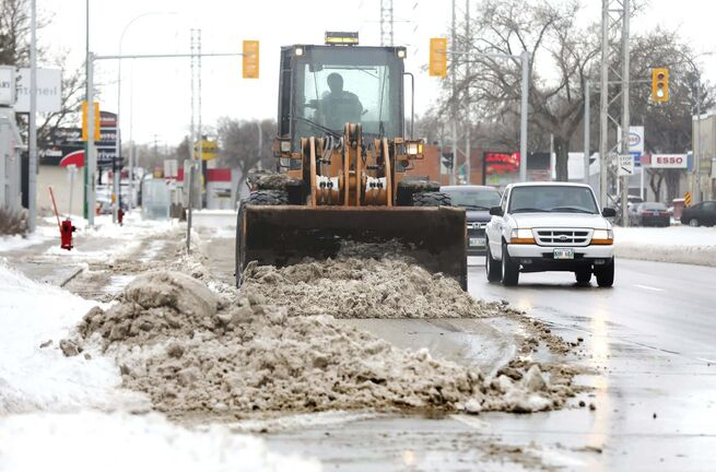 RUTH BONNEVILLE / WINNIPEG FREE PRESS</p><p>A loader cleans dirty, wet snow off the street along Pembina Hwy., on Wednesday after snowstorm hit the city earlier in the week.</p><p>April 14, 2021</p></p>