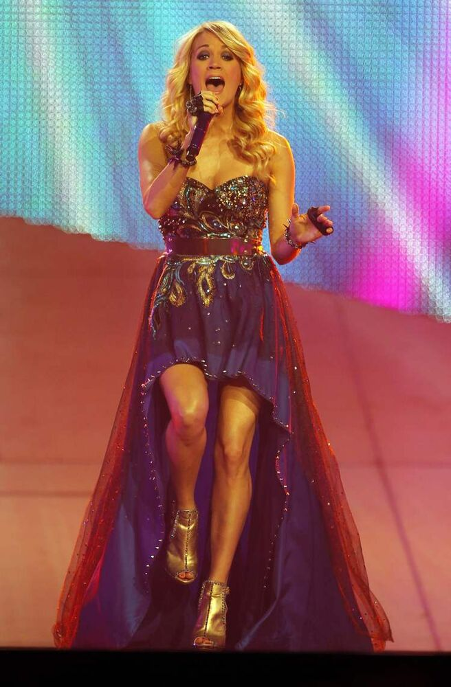 Carrie Underwood hits the stage. (BORIS MINKEVICH / WINNIPEG FREE PRESS)