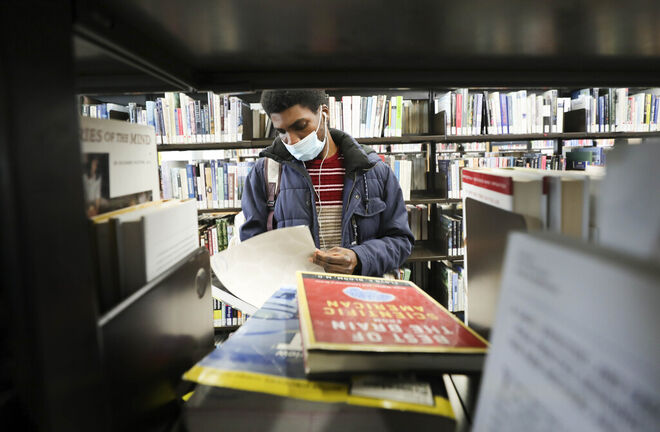 The American Library Association has called fines a form of social inequity and has called on libraries to stop collecting them. (Ruth Bonneville / Winnipeg Free Press files)