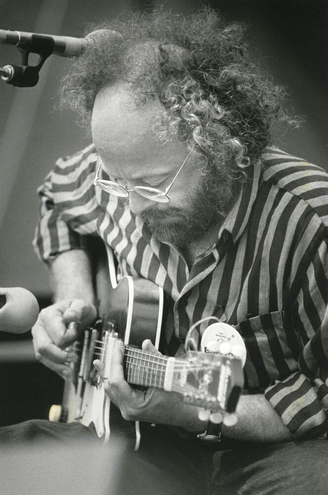 David Essig performs at a workshop at the Winnipeg Folk Festival on July 11, 1986. (PHIL HOSSACK / WINNIPEG FREE PRESS)