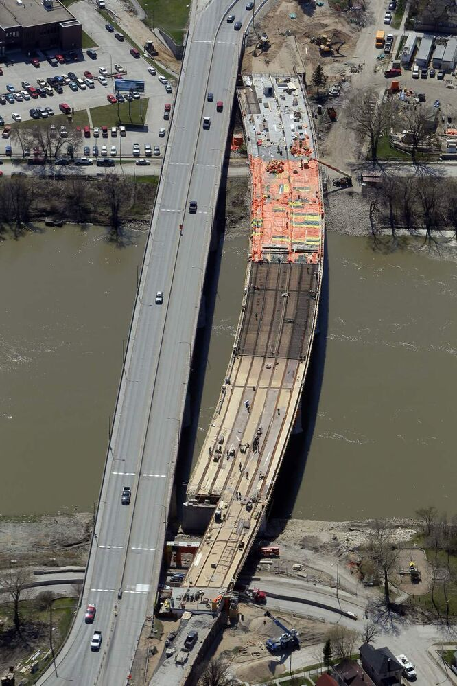 Construction on the Disraeli Bridge. (BORIS MINKEVICH / WINNIPEG FREE PRESS)
