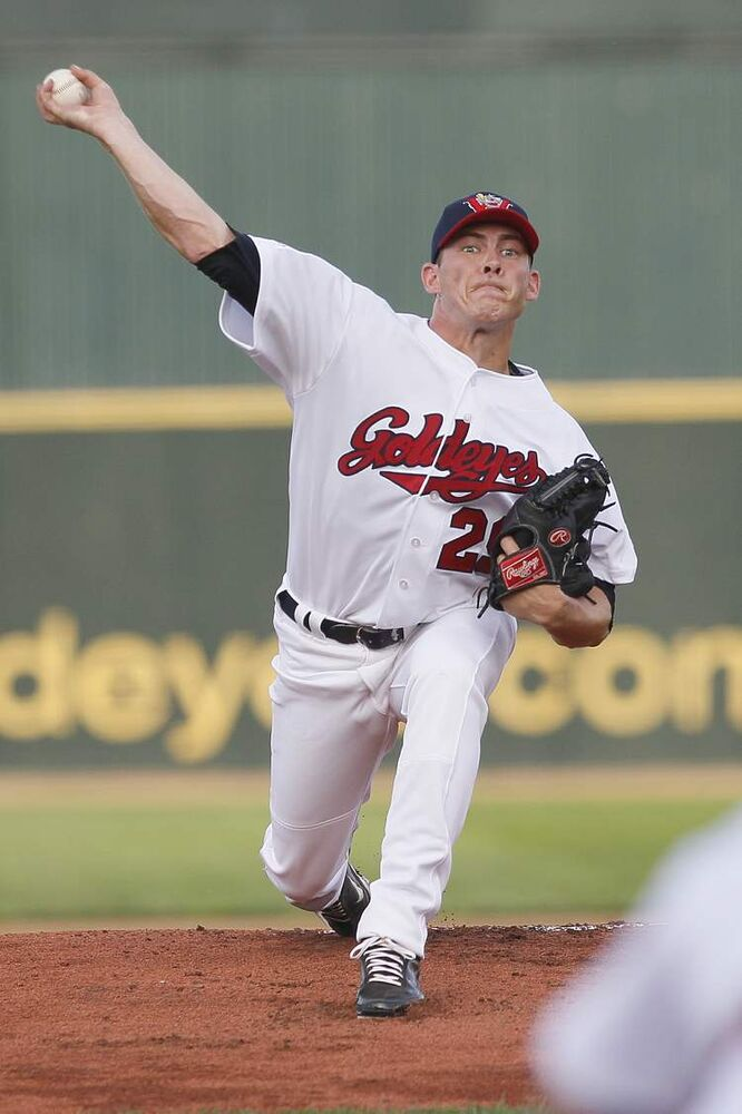Matt Rusch (29) pitches against the Laredo Lemurs. (John Woods / Winnipeg Free Press)