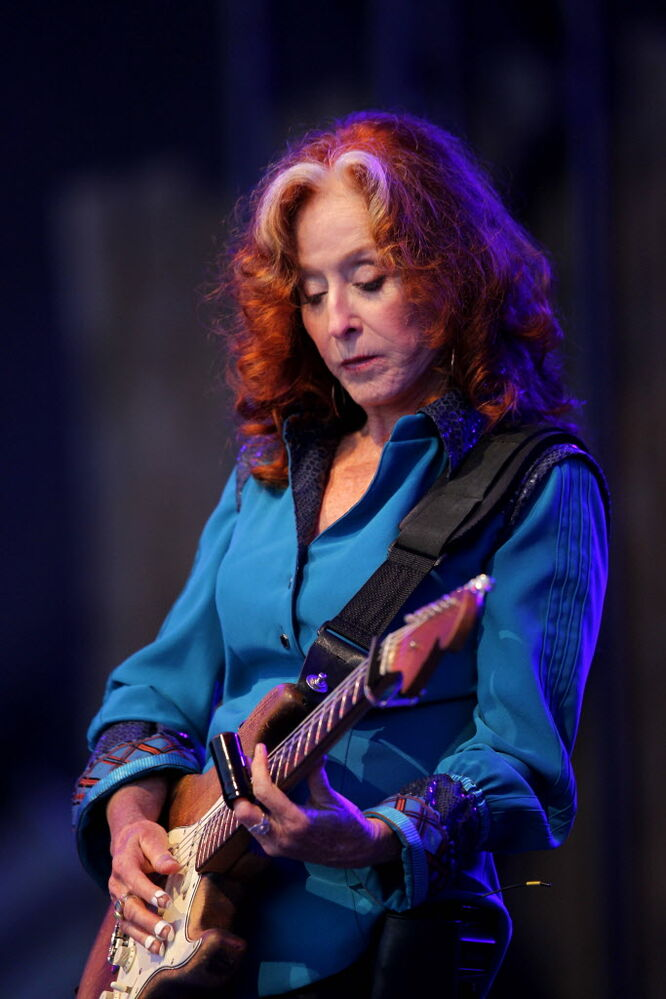 Blues legend Bonnie Raitt on Main Stage. (BORIS MINKEVICH / WINNIPEG FREE PRESS)
