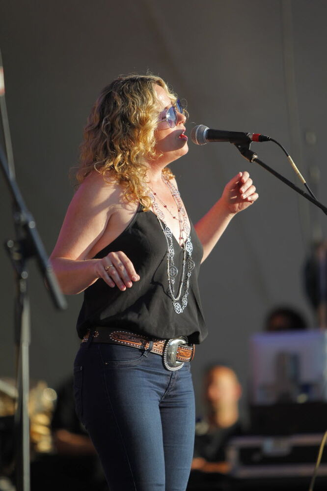Amy Helm and the Handsome Strangers on Main Stage.  (BORIS MINKEVICH / WINNIPEG FREE PRESS )