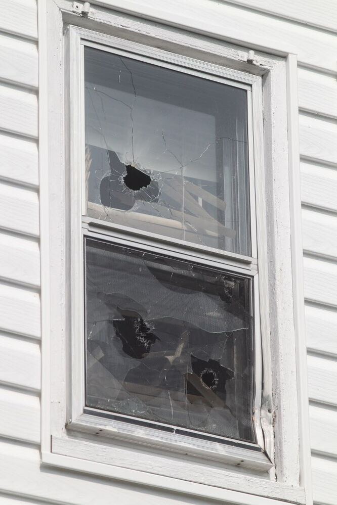 Broken windows on the exterior of 512 Stella Ave.  (MIKE DEAL / WINNIPEG FREE PRESS)