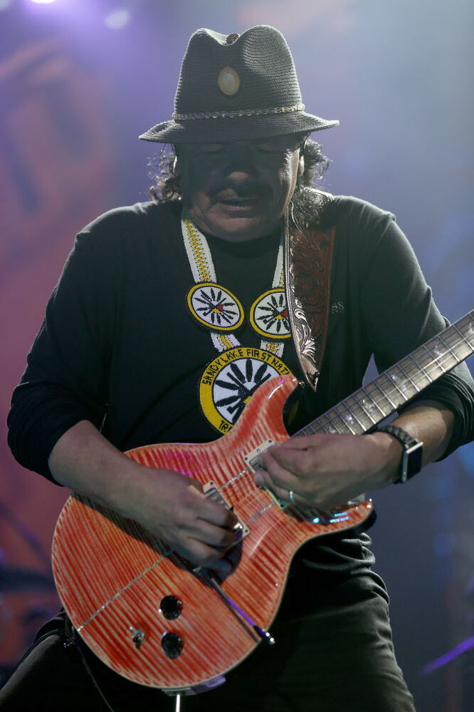 Santana shows off his guitar skills. (TREVOR HAGAN/WINNIPEG FREE PRESS)