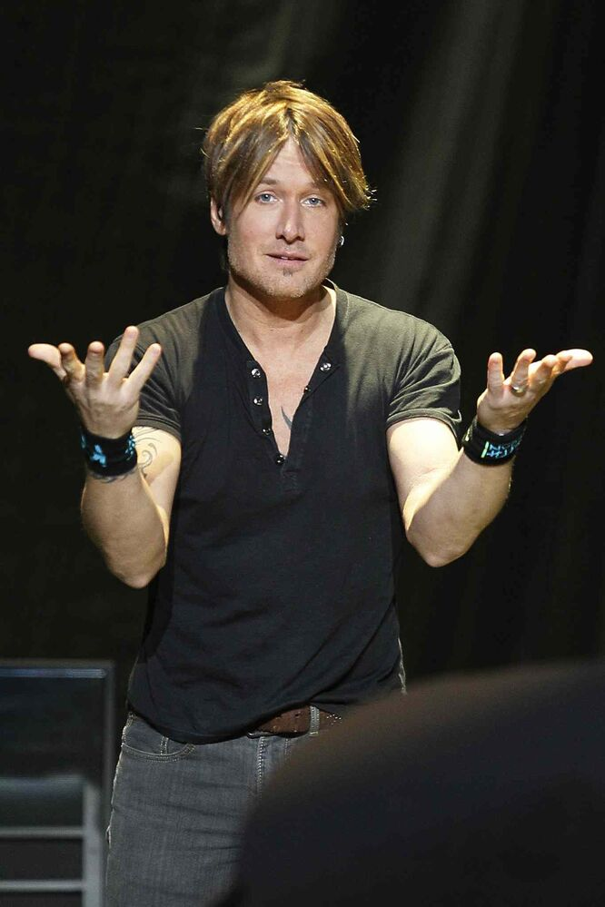 Keith Urban interacts with the audience at the MTS Centre. (Winnipeg Free Press)