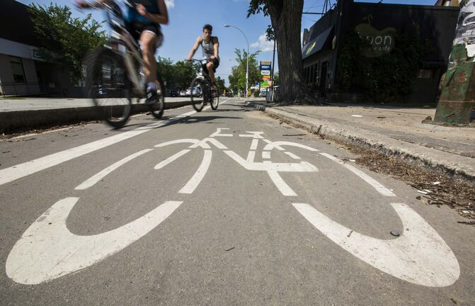 A poll found 21 per cent of Winnipeg residents are regular cyclists and 35 per cent said they would cycle more if the city was more bike-friendly. (Mikaela MacKenzie / Winnipeg Free Press Files)</p>