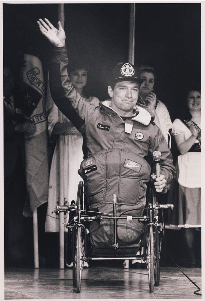 Rick Hansen waves to the thousands of Winnipeggers that showed up at a reception at the Winnipeg Convention Centre on the day his arrival in the city. Ken Gigliotti / Winnipeg Free Press Archives January 18, 1987