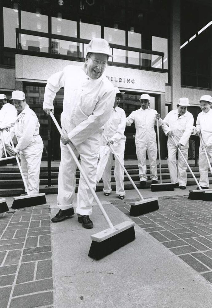 Mayor Bill Norrie and councillors ham it up for photographers during the kickoff to the city's annual spring cleaning campaign. 1988.  (DAVE JOHNSON / WINNIPEG FREE PRESS archives)