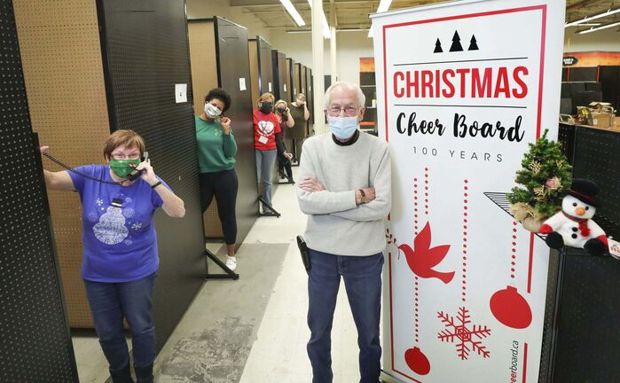 Kai Madsen supervises while volunteer workers are ready to take phone requests in their separate cubicles at the Christmas Cheer Board Friday. The Free Press's annual Miracle on Mountain fundraiser is once again underway. (Ruth Bonneville / Winnipeg Free Press)</p>